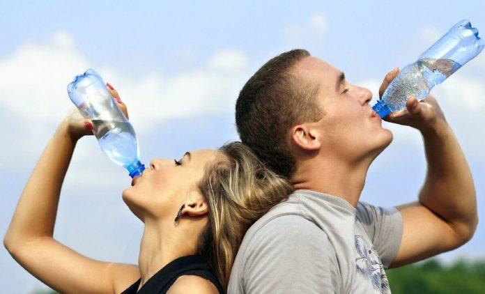 2 litri de apă pe zi
