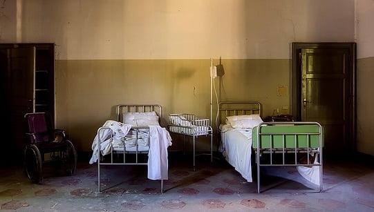 Pacienți ținuți în cuști